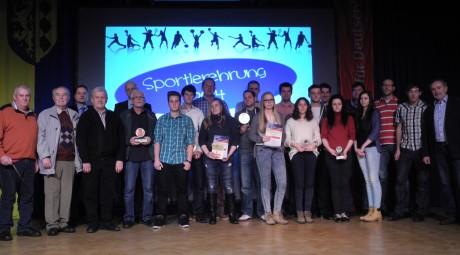 Verdiente Sportler des Jahres 2013 der Gemeinde Burbach wurden im Rahmen der Sportlerehrung in der Hickengrundhalle in Niederdresselndorf ausgezeichnet. Foto: Gemeinde