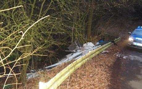 Dreistes Umweltdelikt - Größere Menge Bauschutt hinter Leitplanke illegal entsorgt. Foto: Polizei