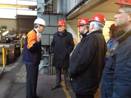 Geschäftsführer Gunnar Kohlschein (links) erläutert den Mitgliedern des Ausschusses die Produktionsabläufe am Standort Weidenau (2.v.l.: Vorsitzender Detlef Rujanski). Foto: Stadt