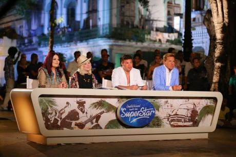 Die Jury mit  Marianne Rosenberg, Mieze Katz, Prince Kay One und Dieter Bohlen (v.l.) bewertet auf dem nächtlichen Paseo del Prado in Havanna die Leistungen der Kandidaten, die heute romantische Duette performen sollen.