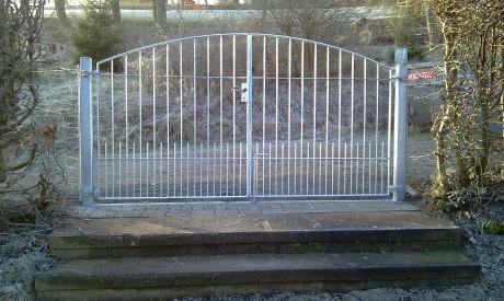 Ein neues Tor ziert seit kurzem den oberen Eingang am Friedhof in Niederdresselndorf. Foto: Gemeinde