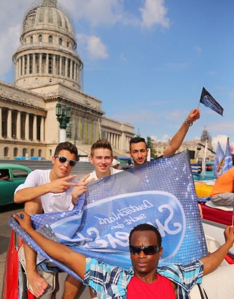 Im Oldtimer-Cabrio geht es für (oben v.l.) Robin Wick, Enrico von Krawczynski, Burak Küleki und Ibrahim Barrie (vorne) durch die kubanische Hauptstadt Havanna. Die beiden Letztgenannten sind bereits ausgeschieden.