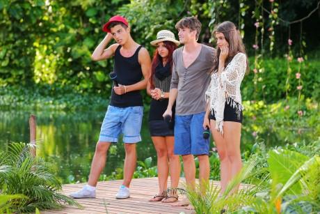 Robin Wick, Yasemin Kocak Thomas Zbinden und Ellen Victoria (v.li.) warten im Dschungelset auf die Entscheidung der Jury.