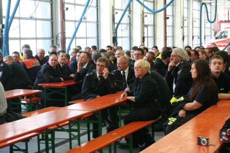 Die Löschzüge Bürbach, Hain und Alchetal versammelten zur Übergabe der neuen Feuerwehr in der Fahrzeughalle der Hauptwache.