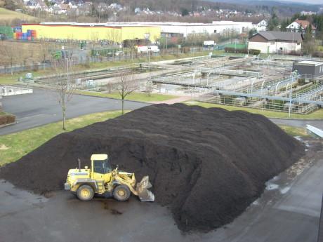 Jede Menge qualitativ hochwertiger Kompost wartet auf der Kläranlage Ferndorftal darauf, aufgeladen und mitgenommen zu werden. Foto: Stadt
