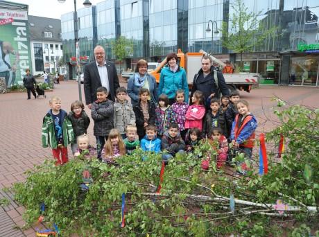 Bürgermeister Walter Kiß mit Kindern und Betreuungspersonal des Kindergartens Hessengarten beim Maibaumschmücken. Foto: Friedhelm Zander/Stadt