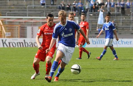 Eine Szene aus dem Aufeinandertreffen zwischen Siegen und Schalkes U23 aus der letzten Saison. Manuel Glowacz (li.) im Zweikampf mit einem Köngisbauen. Archiv-Fotos (2)
