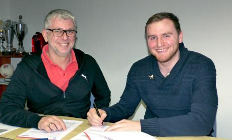 Frank Böcking (Vorsitzender TuS Ferndorf, li.) und Lucas Puhl bei der Vertragsunterzeichnung. Foto: Verein