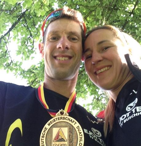 Carsten und Claudia Wunderlich freuen sich über die Goldmedaille. Foto: Verein