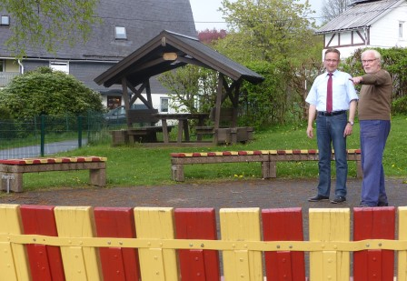 Hans-Peter Hasenstab zeigt sich erfreut über die ehrenamtliche Arbeit von Klaus Stötzel. Foto: Stadt