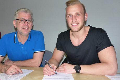 Frank Böcking, Vorsitzender des TuS Ferndorf (li.) und Neuzugang Daniel Mestrum bei der Vertragsunterzeichnung. Foto: Verein