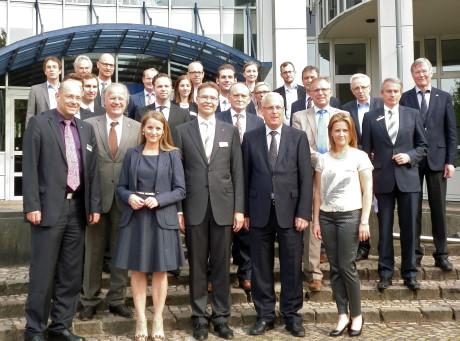 Gastgeber Landrat Dr. Karl Schneider (zweiter v.r.) mit den Teilnehmern der Kuratoriumssitzung vor dem Kreishaus Meschede. Foto: Uni