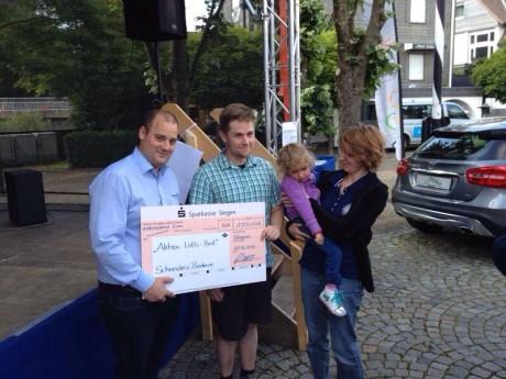 Übergabe des Erlös der Aktion Lotti-Brot, v. links Philipp Schneider, René und Stefanie Müller mit Lotti
