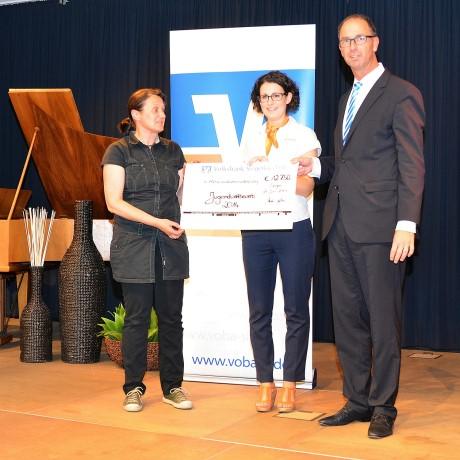 Kunstpädagogin Silke Krah nimmt den Scheck stellvertretend entgegen. Foto: Volksbank