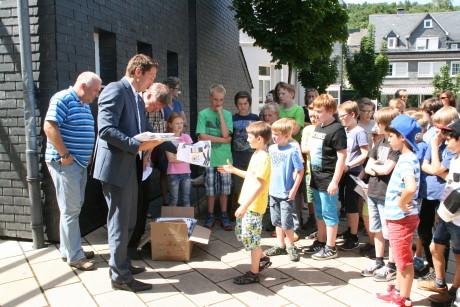 Bürgermeister Bernhard Baumann, Umweltberater Matthias Jung und Jugendpfleger Thilo Edelmann verteilten die begehrten Fan-Objekte. Fotos: Gemeinde
