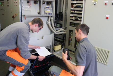 Torben Hartmann und Mike Kölsch, beides Fachkräfte für Abwassertechnik, warten auch die technischen Anlagen auf der Kläranlage.