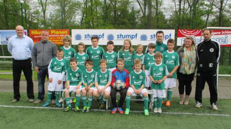 Die E-Jugend des VfB Wilden im neuen Trikot, eingerahmt vom Ehepaar Kinsel (2.v.re, 2.v.li), den Jugendtrainern und dem Vorsitzenden des Fördervereins, Jens Boller (li.).