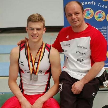 Der 18-jährige Daniel Uhlig war mit seinem Trainer Dan Burinca (re.) bei den Deutschen Kunstturn-Jugendmeisterschaften erfolgreich gewesen.