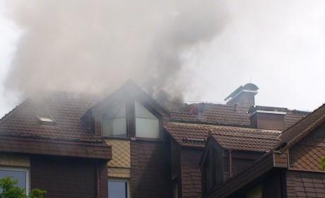 Das Feuer griff auf den Dachstuhl über. Foto: Jürgen Kirsch