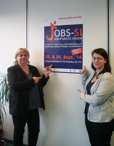 """Dunja Mühlig (li.) und Carina Bittner präsentieren das Plakat zur """"JOBS-SI"""", die am ersten September-Wochenende zum siebten Mal über die Bühne gehen wird."""
