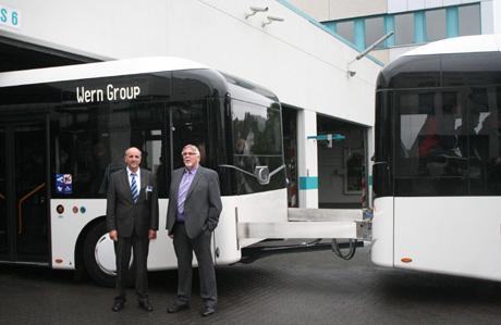 VWS-Betriebsleiter Gerhard Bettermann und Geschäftsführer Klaus-Dieter Wern präsentierten den neuen Omnibuszug auf dem Firmengelände in der Marienhütte.
