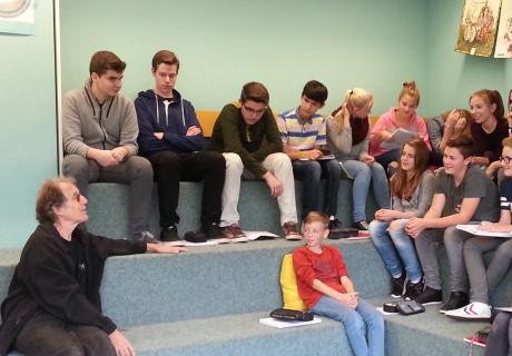 Die Schülerinnen und Schüler der achten Klasse lautschen in der Bibliothek des PPR-Gymnasiums gespannt den Worten von Dorian Rudnitzky. Foto: Schule