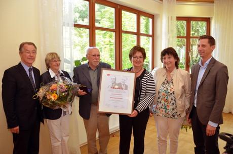 v.l.n.r.: Franz Müntefering, Ingrid und Sigurd Hofacker, Petra Weskamp, Annette Scholl und Landrat Andreas Müller nach der Ehrung