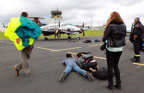 Making of: Auf dem Siegerlandflughafen konnten die Skydiver, auch was Bühnenbild und Requisite anbelangt, für ihre aufwändige Fotosession aus dem Vollen schöpfen. Foto: Michael Wagner