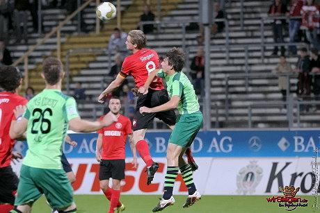 In dieser Szene kämpft Sportfreunde-Kapitän Markus Hayer im Luftduell um den Ball.