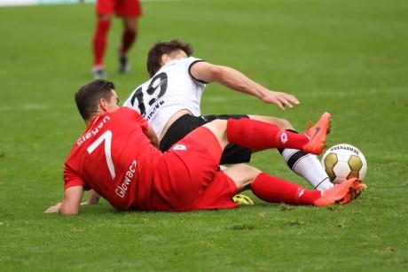 Zweikampf am Boden: Manuel Glowacz (li.) bekommt von Lukas Reinke den Ball abgenommen.