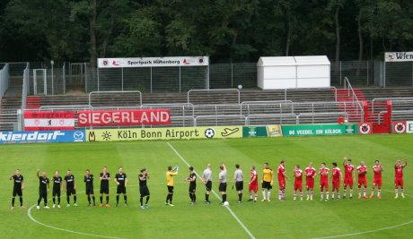 Der Sportpark in Köln-Höhenberg war für Siegen diesmal kein gutes Pflaster. Die Viktoria (rote Trikots) gewann deutlich.