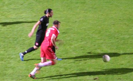 Siegens Stürmer Zouhair Bouadoud im Laufduell mit Viktorias Mike Wunderlich. Der Kölner wusste zu überzeugen.