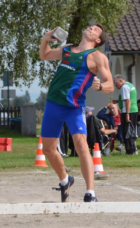 Thomas Blech beim Rekordstoß mit dem 7,5 Kilo Stein.