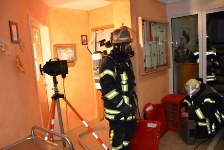 """Die Feuerwehr setzte """"mobile Rauchverschlüsse"""" in die Türen und ging unter Atemschutz zur Brandbekämpfung vor. (Foto: Feuerwehr)"""