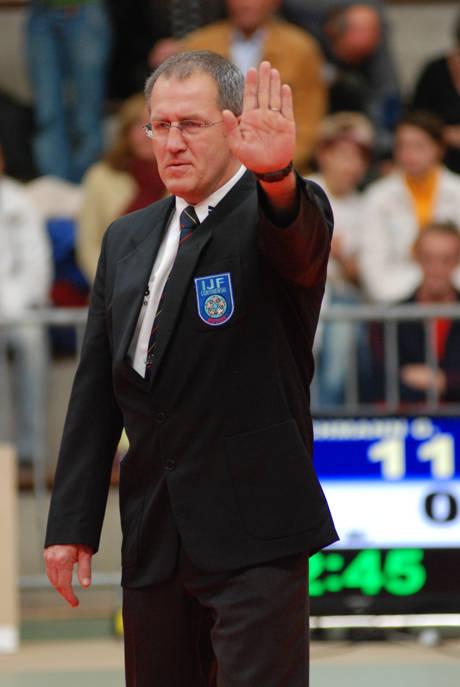 Hans-Werner Krämer (55), kaufmännischer Angestellter bei RWE, hatte Mitte November 2007 mit Bestnote die Prüfung zum A-Weltkampfrichter bestanden. Am 18.10.2014 in Abensberg beim Bundesliga-Finale wird er sich als aktiver Kampfrichter verabschieden. Foto: Verein