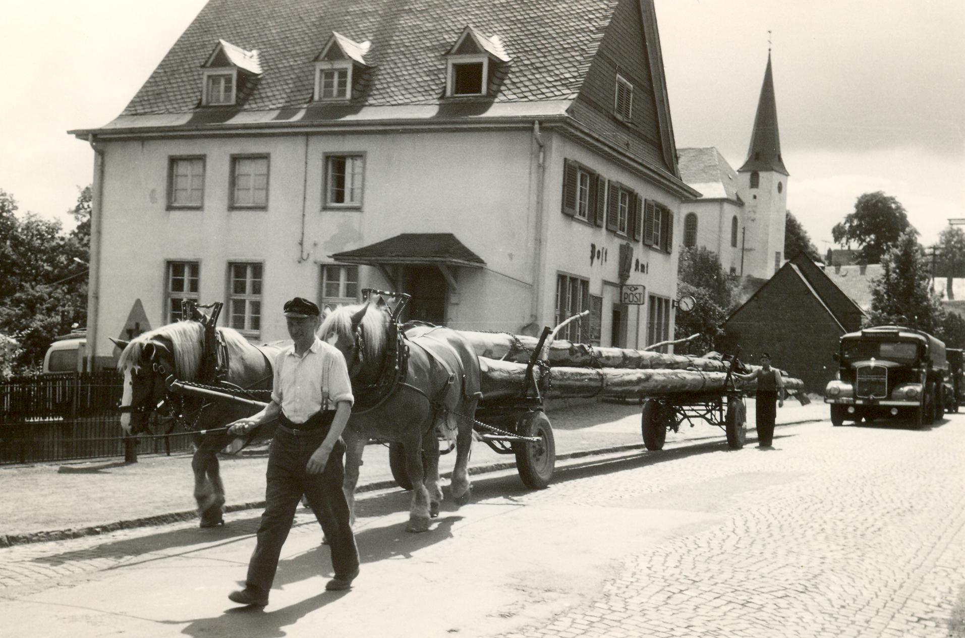 """Die Nassauische Straße in Burbach mit der """"Alten Post"""". Um die Geschichten aus den frühen Jahren geht es im Burbacher Erzählcafé am kommenden Montag. Foto: Gemeinde"""