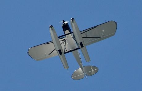 Mag Uneingeweihten schon etwas merkwürdig vorkommen: Ein Wasserflugzeug zieht am blauen Burbacher Himmel seine Kreise. Foto: Henning Leusch