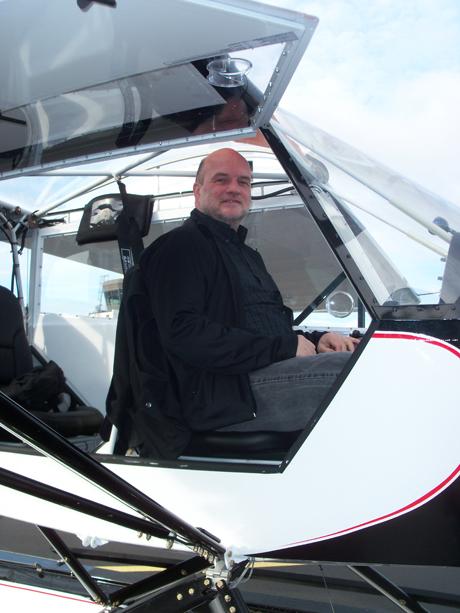 Den erfolgreichen Erstflug hatte der 50-Jährige bereits im Juni mit seiner außergewöhnlichen Konstruktion absolviert. Doch Wassern auf heimischen Flüssen und Seen ist nicht.