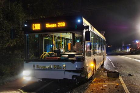 2014-10-27_Eiserfeld_Fussgaengerin_angefahren_Pkw_kracht_in_Bus_Foto_Hercher_05