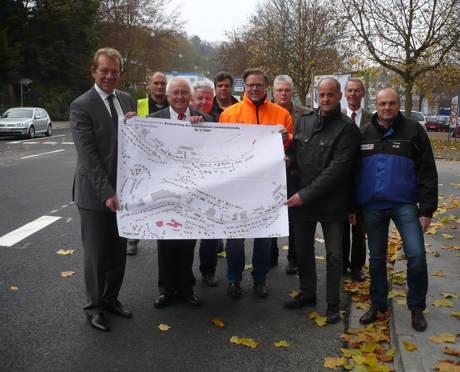 Bürgermeister Steffen Mues (links) gab in Anwesenheit von Stadtbaurat Michael Stojan (2.v.r.) sowie aller an der Sanierung Beteiligten die Leimbachstraße offiziell frei. Foto. Stadt
