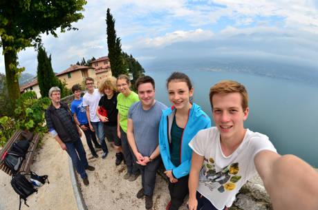 Selfie am Gardasee: Die Siegener Jugendlichen besichtigen Pieve, den Hauptort von Tremosine. Foto: Stadt