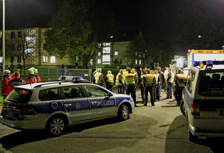 PolizeiGroßeinsatzFlüchtlingsunterkunftKaserneBurbachNRW1