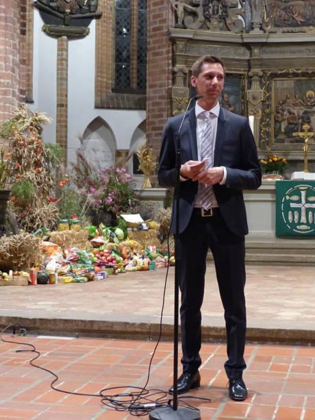 Landrat Andreas Müller begrüßte die Gäste zum Konzert der Chöre SiWi Vokal und dem Gemischten Kirchenchor St. Hubertus Ottfingen in der Spandauer Nikolaikirche.