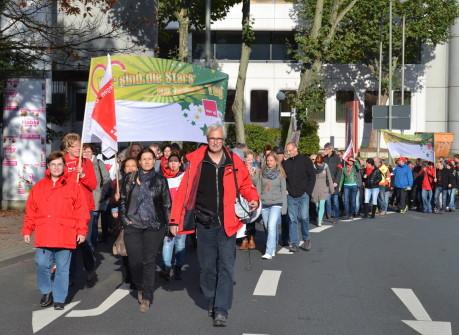 Über 250 Awo-Mitarbeiter beteiligten sich am Freitagmorgen an einer Demo in Siegen. Fotos: Klaus Reifenrath