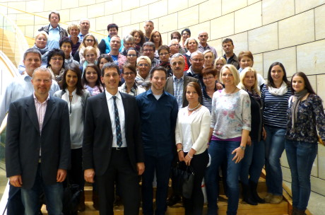 Landtagsabgeordneter Jens Kamieth mit den Mitarbeiterinnen und Mitarbeitern des Amtsgerichts Siegen. Foto: Landtag