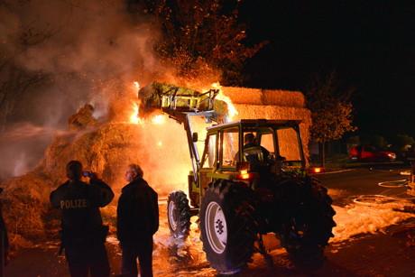2014-11-01_Kreuztal_Brandstiftung_Hänger_mit_Strohballen_brennt_Foto_Schade_02