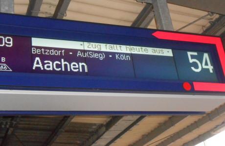 """""""Zug fällt heute aus"""" trotz vieler Einschränkungen ist die Situation an den Bahnhöfen noch entspannt."""