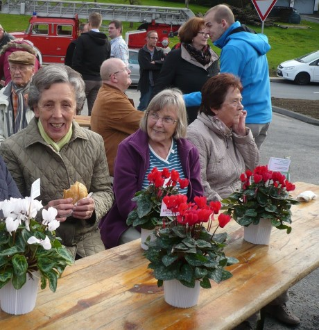 Neben den Grillwürstchen und Getränken stießen auch die kleinen Blumengeschenke auf Gegenliebe – insbesondere bei den Teilnehmerinnen der Veranstaltung.