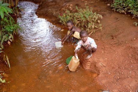 Ohne Wasserversorgung müssen die Menschen in Leffé ihr Wasser aus Tümpeln oder Flüssen holen, doch dieses Wasser ist oft mit Krankheiten verseucht.