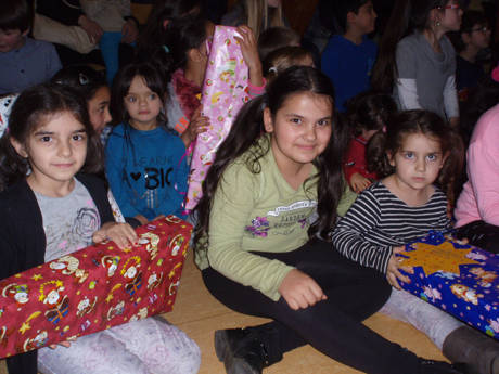 Mit leuchtenden Augen freuten sich die Kinder über die liebevoll gepackten Geschenke im Rahmen der diesjährigen Wunschzettelaktion.